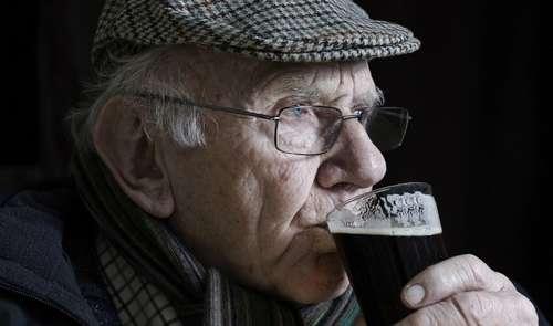 Пьющий пожилой мужчина (фото)