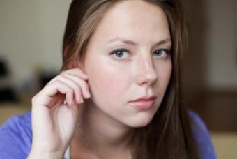 Как лечить прыщ на мочке уха