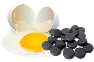 Активированный уголь и яичный белок