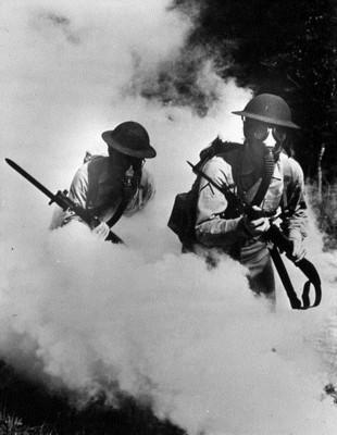 Солдаты в облаке боевого отравляющего вещества