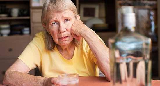 Пьяная пожилая женщина (фото)