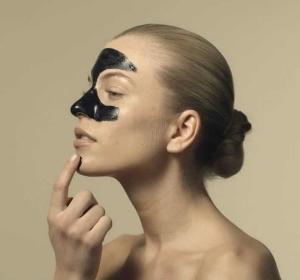 Нанесение черной маски для лица