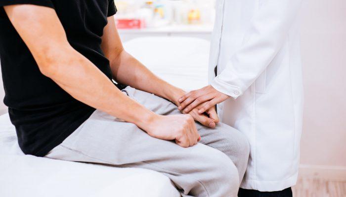 Нужно ли удалять жировик на мошонке? Методы лечения липомы