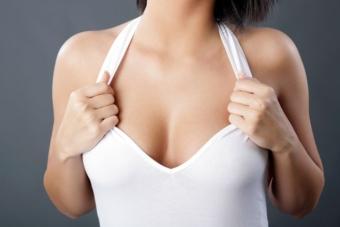 Черные точки на груди: причины и лечение