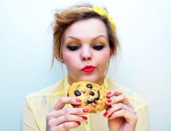 Прыщи от сладкого: причины и лечение
