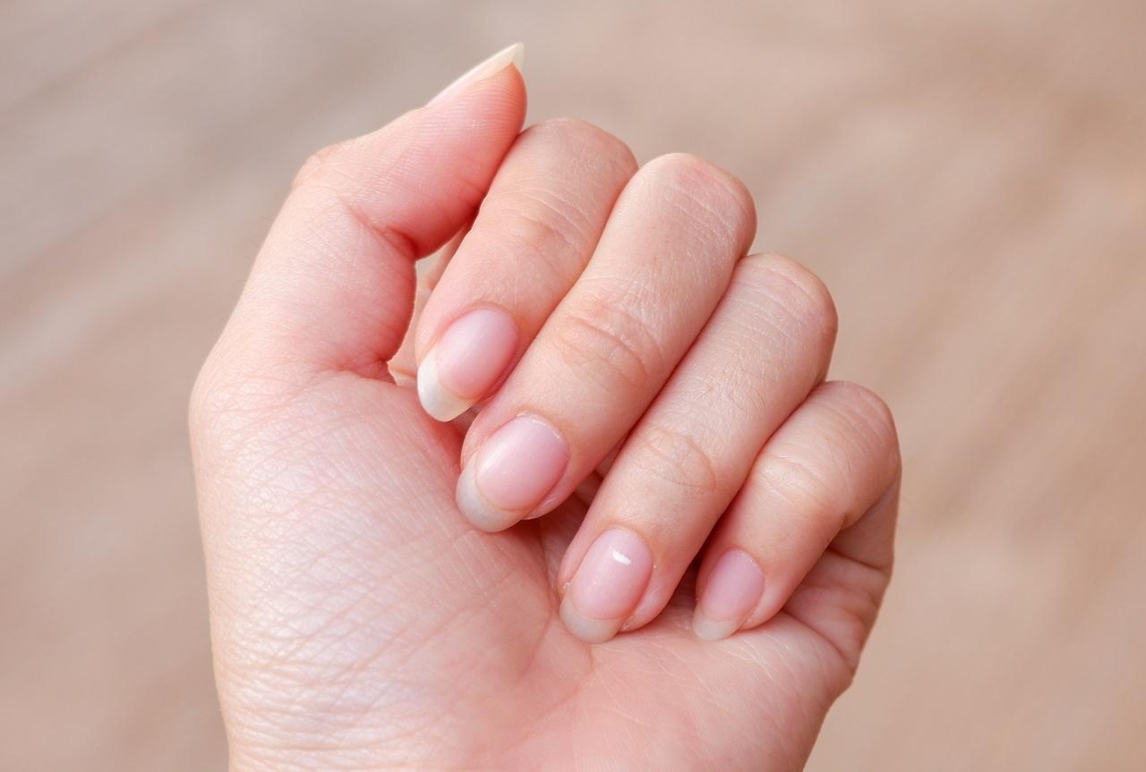 Почему на ногтях возникают белые полосы и пятна?